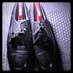 Florsheim black leather dress shoes. EUC.